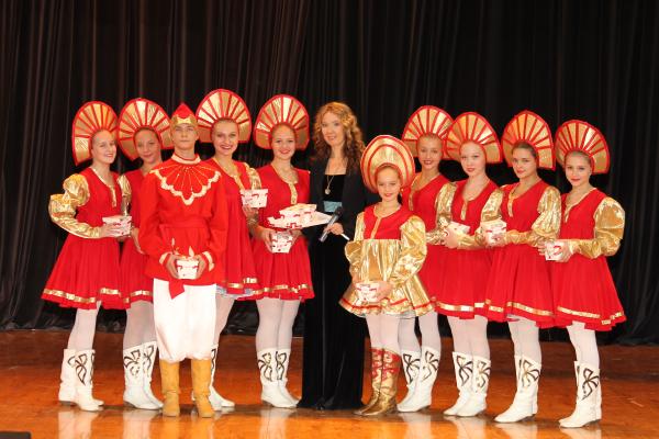 10685_Организатор Фестиваля-Ассамблеи Екатерина Полозова с хореографическим коллективом Зарянка